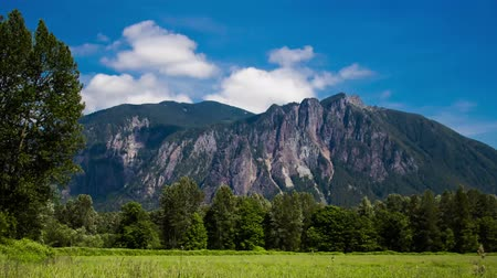 wspinaczka górska : Time lapse of a sunny summer day below Mt. Si