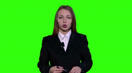 jornalista : Female Newsreader is wearing a jacket and talking