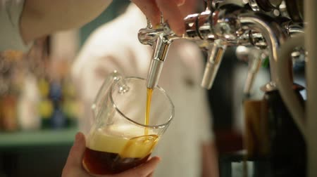 musluk : close-up of barman hand at beer tap pouring a draught lager beer Stok Video