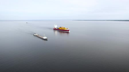vista frontal : Aerial view of container ship in the sea