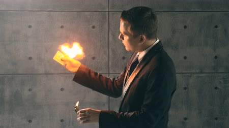 Illusionist performing trick with fire Vídeos