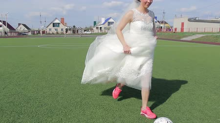 jogador de futebol : Bride game of football during own  wedding, video