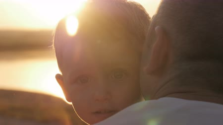 близость : boy with his father on the beach at sunset happy family Стоковые видеозаписи