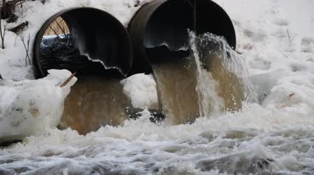 rozsdásodás : Dirty water flows out of the concrete pipe. Environmental pollution. Stock mozgókép
