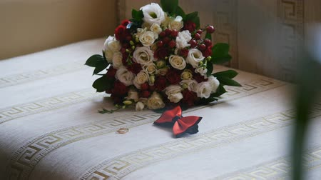 новобрачный : Wedding bouquet and ringswedding bouquet and rings. beloved. Стоковые видеозаписи