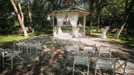 tentáculo : wedding decoration, wedding reception set outdoors under bright sun on resort Stock Footage