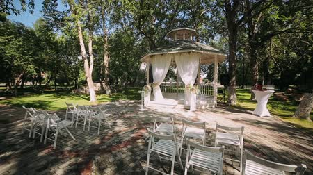 wedding decoration, wedding reception set outdoors under bright sun on resort Stok Video
