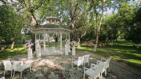 oltář : wedding decoration, wedding reception set outdoors under bright sun on resort Dostupné videozáznamy