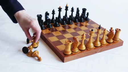 cavaleiro : The hand puts the white pieces on the chessboard. Game of chess.