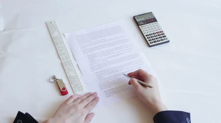 főnök : A person signs a document. The Director signs the contract. Business person working in the office. Stock mozgókép