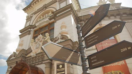 ponto de referência : Kazan is one of the biggest cities in Russia. Video shows a signpost in Kazan with navigation arrows.