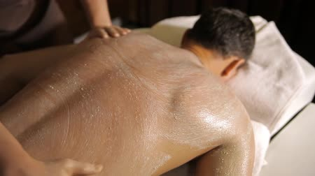 ovmak : Spa treatment. Applying scrub on back and hands Stok Video