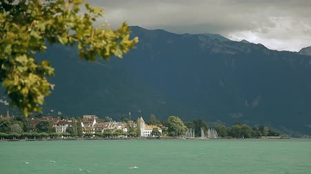 suíça : Lake Geneva, a picturesque pond between high mountains