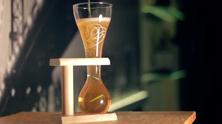 элита : Elite light beer is being poured into a curved glass