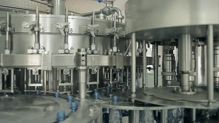Rotating machines are moving bottles and pouring water Dostupné videozáznamy