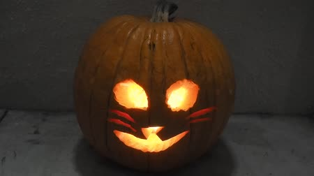 roliço : Jack-o-lantern is a carved pumpkin, associated chiefly with the holiday of Halloween.