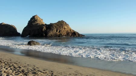 büyük : Pfeiffer Beach is located in the heart of Big Sur and is one of the favorite beaches in all of Big Sur. Stok Video