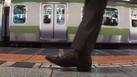 japonya : Business men board subway car in slow motion. Shot with dedicated slow motion camera.