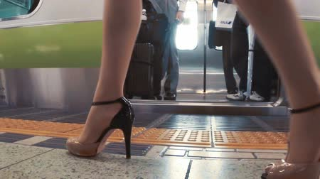 бизнес леди : Business women and men board subway car in slow motion. Shot with dedicated slow motion camera.
