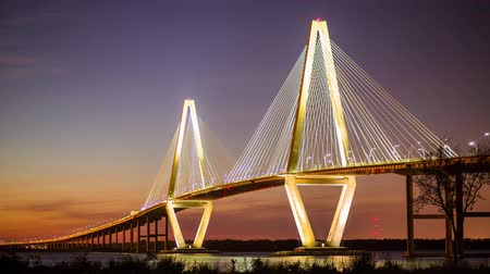 sul : Timelapse of Arthur Ravenel Jr. Bridge in Charleston, SC at twilight with a ship passing through Vídeos