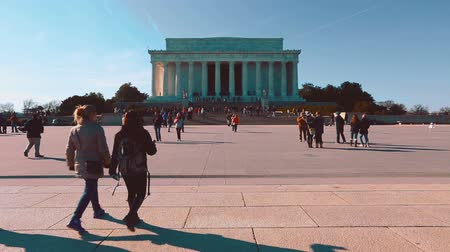 sütun : Crowds of people visiting the Lincoln Memorial in Washington DC