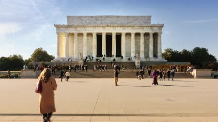 sütun : Time lapse of people visiting the Lincoln Memorial in Washington DC Stok Video