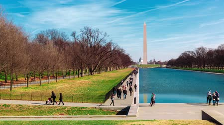 kolumna : Timelaspe of the Washington Monument with the reflecting pool in the foreground from the Lincoln Memorial