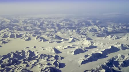 kanada : Aerial view of arctic mountains near Kluane National Park, Yukon Territory, Canada. Steady, slow motion shot