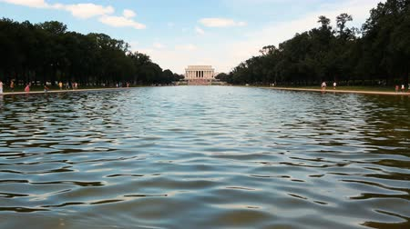 reflexionando : WASHINGTON DC - 4 de julio de 2016: El Lincoln memorial en el centro comercial nacional con la piscina reflectante en primer plano Archivo de Video