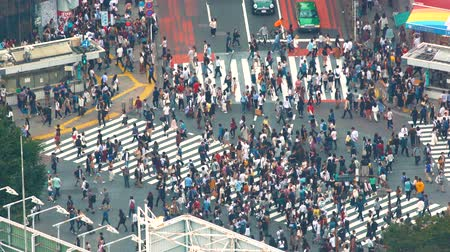 скрестив : TOKYO, JAPAN - SEP, 25 2017: People cross the famous intersection in Shibuya, Tokyo, Japan one of the busiest crosswalks in the world.