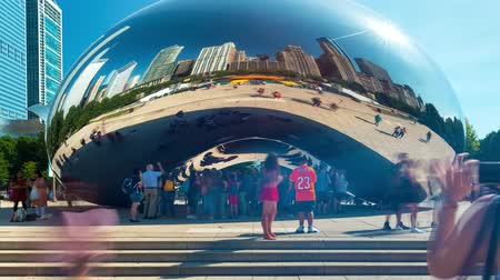 CHICAGO - SEPT. 18th 2018: Tourists visit the Cloud Gate, a public sculpture in Millennium Park in time-lapse. Stok Video