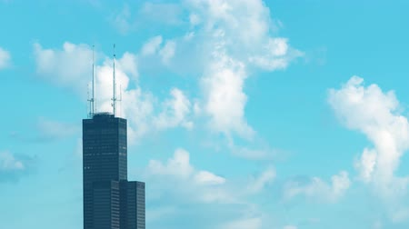 CHICAGO - SEPT. 18. August 2018: Wolken überziehen Chicagos Willis Tower (alias Sears Tower) an einem Spätsommernachmittag.