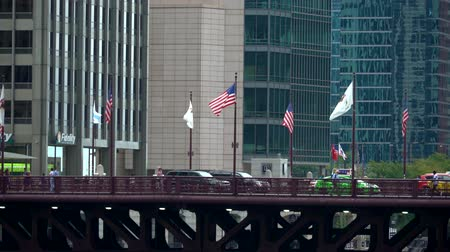 CHICAGO - SEPTEMBER 18th 2018: Traffic and pedestrians pass along a bridge in Downtown Chicago Stok Video