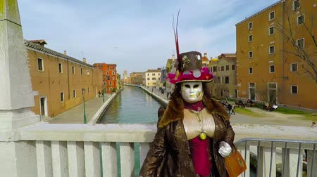 sem camisa : Carnival of Venice, Italy – February 2018. Costumed actor at bridge. Actor with great mask pose, no tourists. Carnevale di Venezia