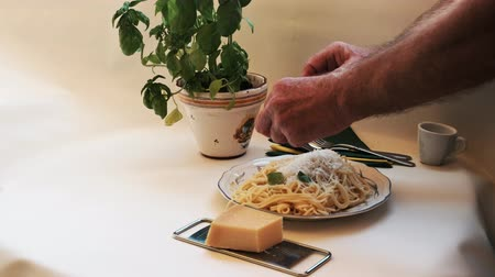столовые приборы : Spaghetti - freshly cooked and delicious, the pasta is fresh with fresh basil leaves and decorated. Стоковые видеозаписи
