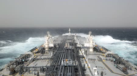 tempestade : Crude oil tanker underway in rough sea. Vídeos