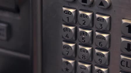 числовой : Dialling 911 on a public payphone