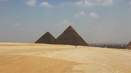 kahire : Pyramids on the background of Cairo. Approximation Stok Video