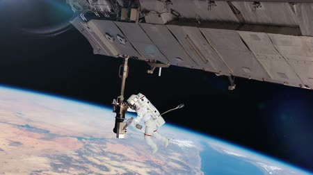 astronauta : Astronaut working on space station.