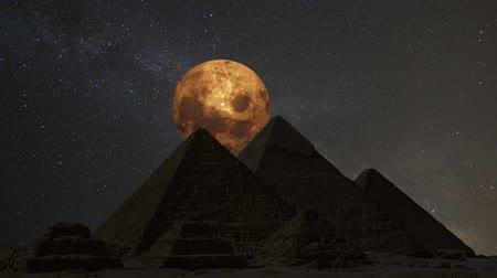 piramit : Supermoon over the great pyramids, Cairo, Egypt. Timelapse. Stok Video