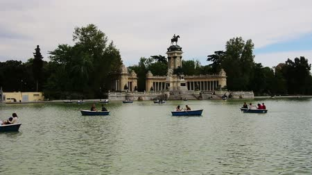 olhando a câmera : Madrid, Spain - april 23, 2015: people riding boats at Parque del Buen Retiro Stock Footage
