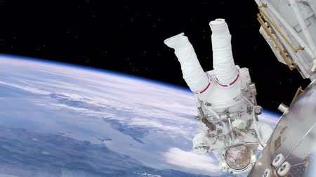 astronauta : Astronaut working on space station above the Earth. Upside down.