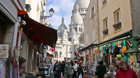 резидент : PARIS, FRANCE - March 22, 2016 :People walking on streets of Montmartre