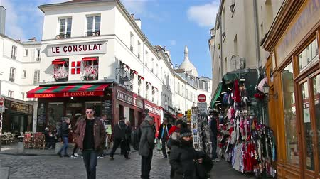 kočičí hlava : PARIS, FRANCE - March 22, 2016 :People walking on streets of Montmartre