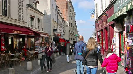 посетитель : PARIS, FRANCE - March 22, 2016 :People walking on streets of Montmartre