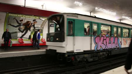 locomotiva : PARIS, FRANCE - March 22, 2016:  Train in subway, Metro in Paris, France. Vídeos