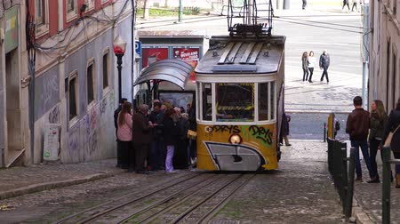 winda : LISBON, circa 2017: Old tram elevator Gloria in the old town of Lisbon Portugal. Lisbon is the capital of Portugal, is continental Europes capital city and the only one along the Atlantic coast. Wideo