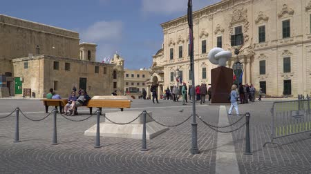 bastião : VALLETTA - MALTA, April, 2018: Tourists Walking along the medieval streets of Valletta, Malta.