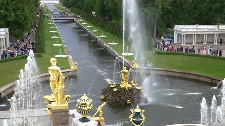 barok : St. Petersburg, Peterhof, Russia, June 2018: Grand cascade, famous Petergof fountains In St. Petersburg, Russia. View From Palace. Stok Video