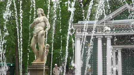 st petersburg : St. Petersburg, Peterhof, Russia, June 2018: Famous Petergof fountains and palaces In St. Petersburg, Russia.